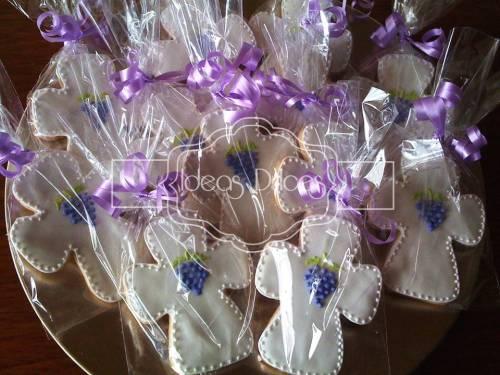 Galletas en forma de cruz con racimo de uvas para Primera Comunión