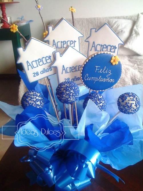 Arreglo de Cake Pops y galletas decoradas para los 28 años de  ACRECER LTDA.