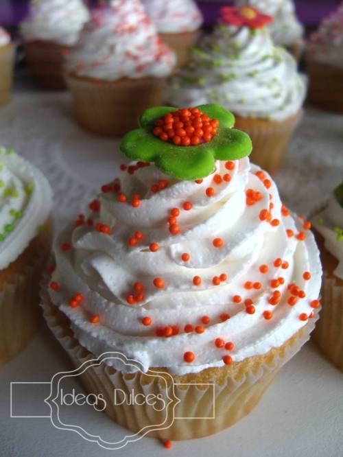 Detalle cupcake con flores en verde limón