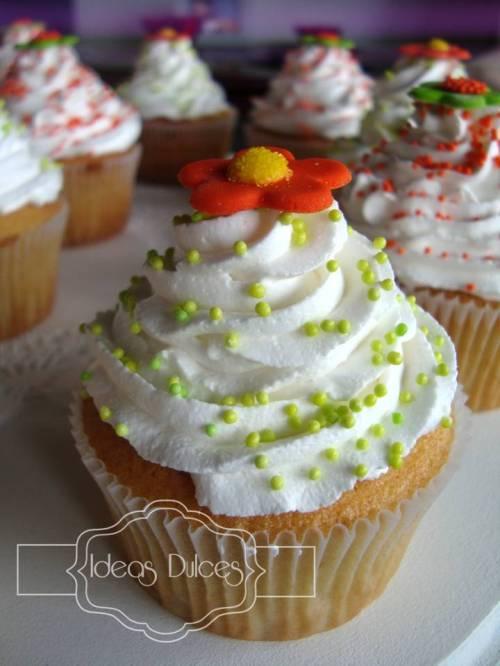 Detalle cupcake con flores naranja
