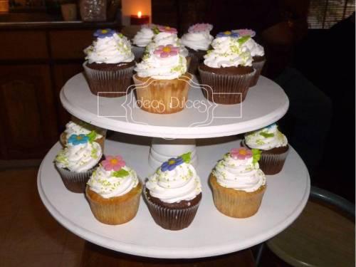 Torre de 24 Cupcakes para la despedida de Lupe
