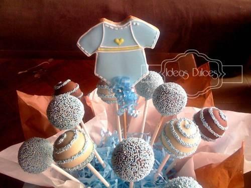 Detalle arreglo de cake pops y galleta para baby shower