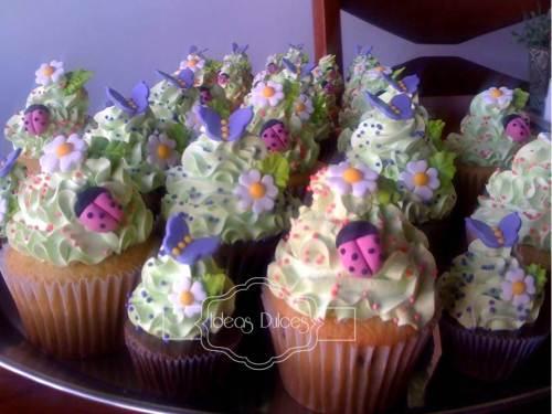 Cupcakes y Mini-cupcakes para  el cumpleaños de la hija de Paola